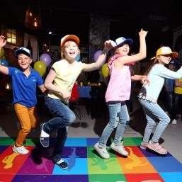 8. Отдых детей в зоне: дискотека, мафия, мини-квесты. Родители играют в мафию в другой зоне